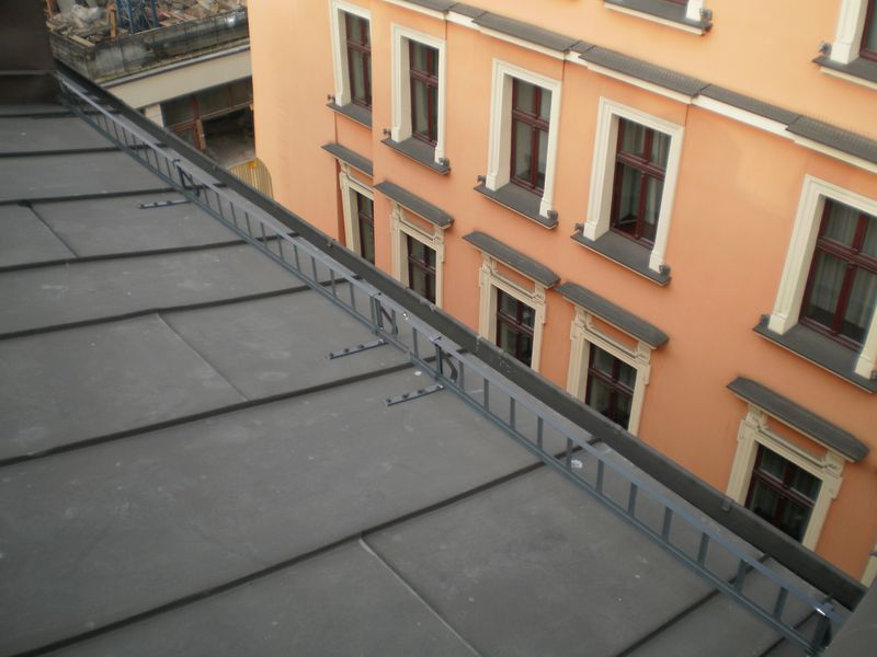 Montaż śniegołapów- ul. Floriańska, Kraków
